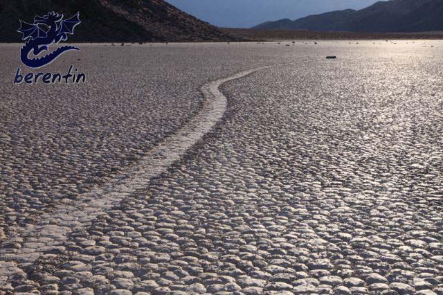 حرکت اسرار آمیز سنگها در دره مرگ کالیفرنیا